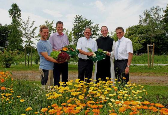 Im Klostergarten (von rechts): Landrat Petrauschke, Prior Bruno Robeck, Johannes Nordmann, Volker Große und Frank Vohwinkel.