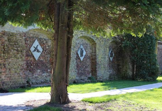 Neuer Kreuzweg unter alten Nadelbäumen: im Nikolauskloster.