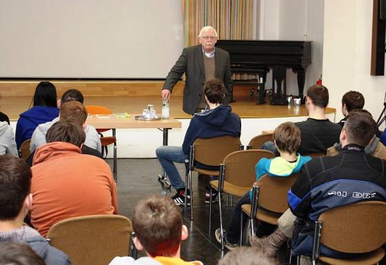 Schriftsteller Hermann Schulz in der Raphaelschule.