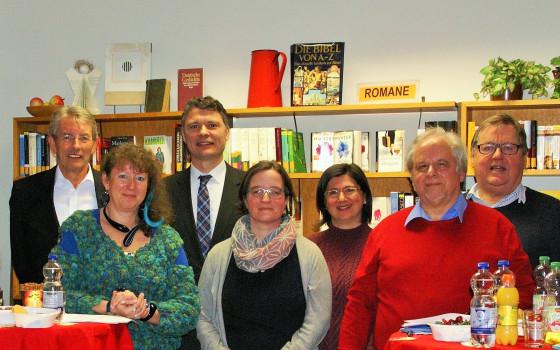 Staatssekretärin Andrea Milz (zweite von links) besuchte die Pfarrbücherei St. Marien
