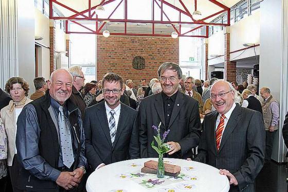 Freude übers gelungene Werk (v. l.): Herbert Grippekoven. Peter Füssenich, Pfarrer Houben und Toni Schoop. Foto: TZ