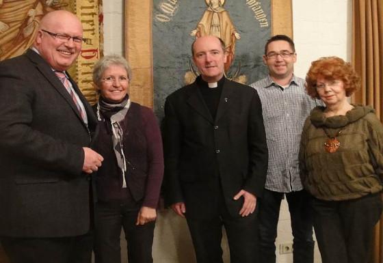 Begrüßung in Grevenbroich (von links): Robert Hoppe, Sibille Planker, Kreisdechant Assmann, Joachim Keuchel und Helga Zaudig.