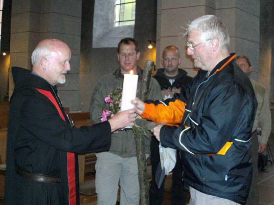 Pater Hubert überreichte die Pilgerkerze.