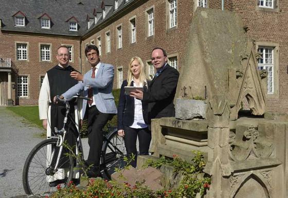 Quo radis: Pater Prior, Alois Seimetz, Yvonne Brenner und Robert Abts am Kloster Langwaden (von links).