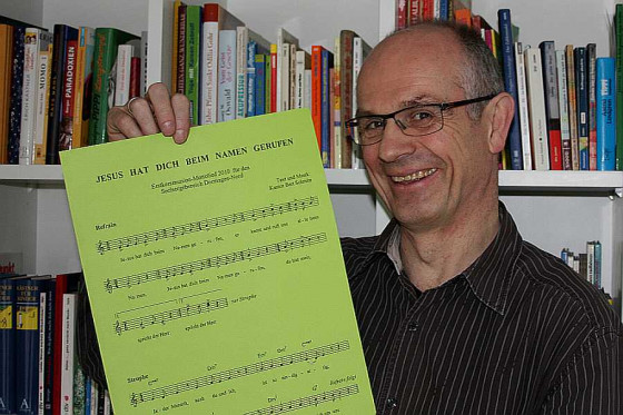 Kantor Bert Schmitz leitet die fusionierten Kirchenchöre im Dormagener Norden. Foto: TZ