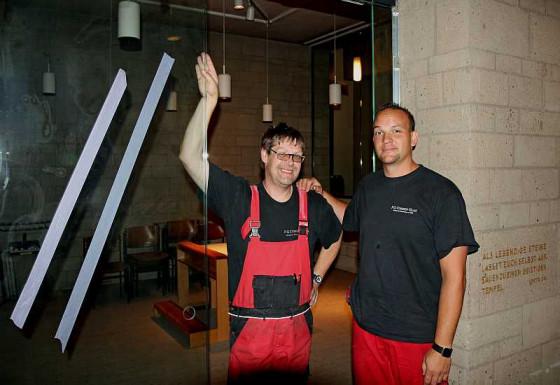Dietmar Wittmann (links) und Sebastian Fuß haben die Tageskapelle verglast. Foto: TZ