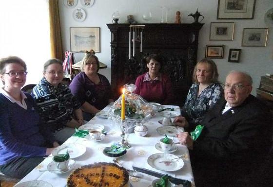 Gertrud Strauch (Dritte von rechts) ist seit 40 Jahren Pfarramtssekretärin.