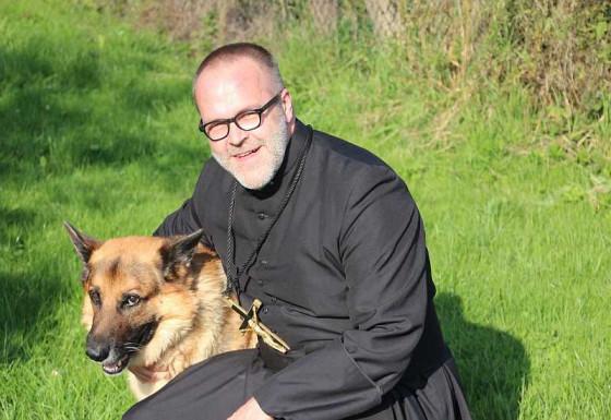 Nicht nur Pater Felix freut sich auf die Tiersegnung am Nikolauskloster.
