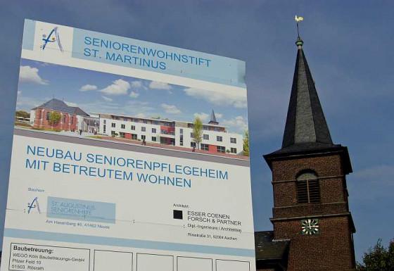 Das Baustellenschild neben der Martinuskirche steht schon. Foto: TZ